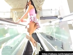 Chica mostrando en la calle http://dashsphere.com/AhHb
