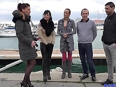 Deux superbes MILfs dans une baise échangiste à quatre [Full Video]