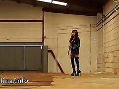 Wetlook Domina Herrin Carmen mit High Heel Lack Overknee Stiefel und Peitsche