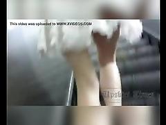 Debaixo da saia vestido da novinha no metro Under the skirt of the new dame in t